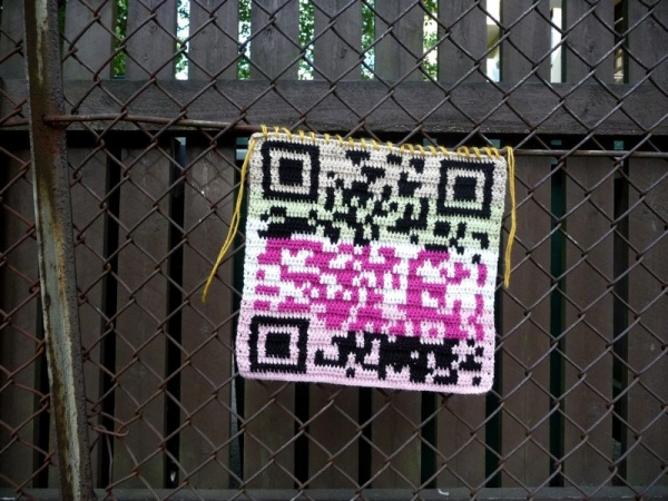 crochet qr code yarnbomb 600x450 Tech Crafty: Examples of Crochet QR Codes