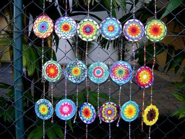 crochet cd mandalas 600x450 Upcycled: Crochet Mandalas Over CDs