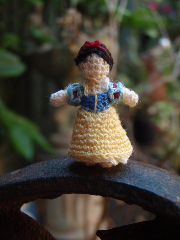 crochet snow white 600x800 20+ Amazing Examples of Teeny Tiny Crochet and Amigurumi
