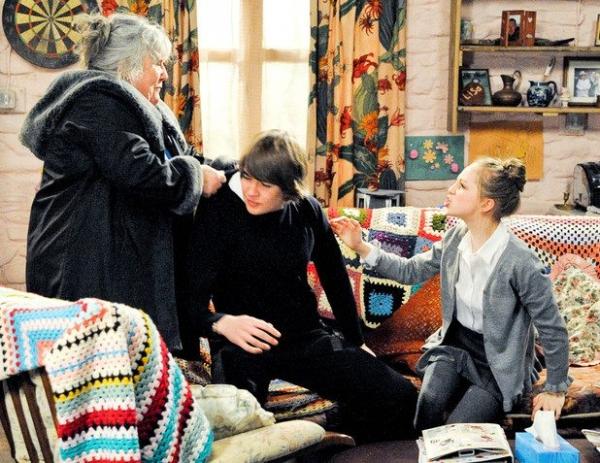 emmerdale dingle crochet tv 600x463 Crochet Blog Roundup: August in Review