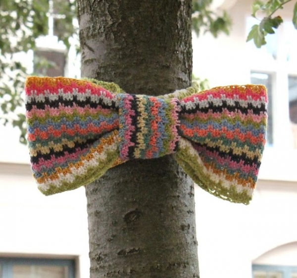 crochet bow on tree 600x560 10 Fun Examples of Yarnbombing