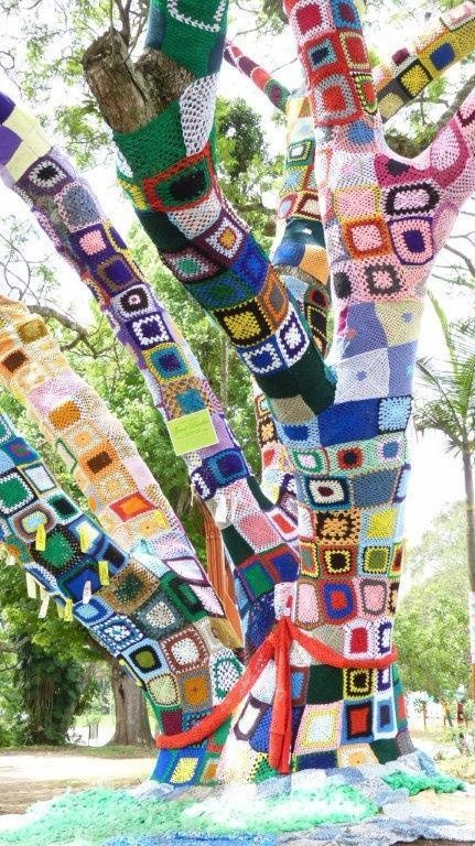 yarnbomb tree 10 Fun Examples of Yarnbombing