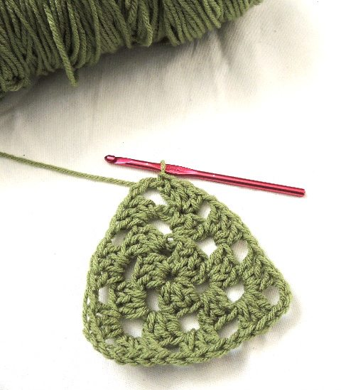Crochet Triangle : How To Crochet a Granny Triangle in the Round