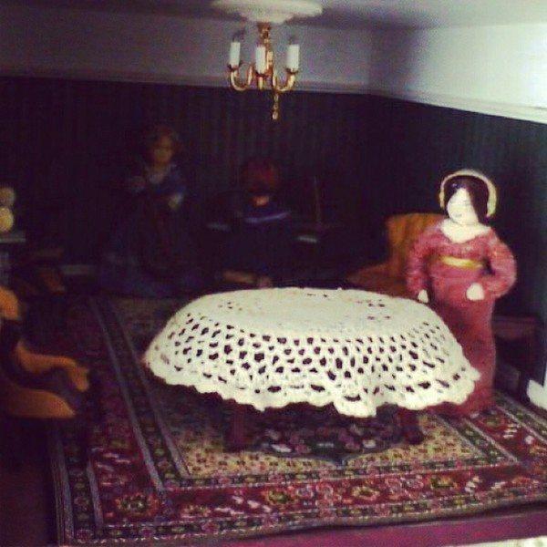 bethshananne_crochet_dollhouse_tablecloth