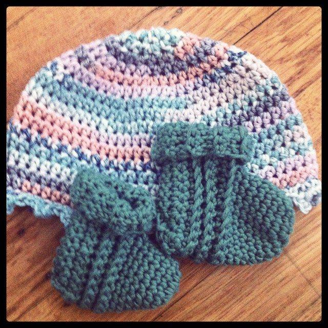crochet baby booties and hat