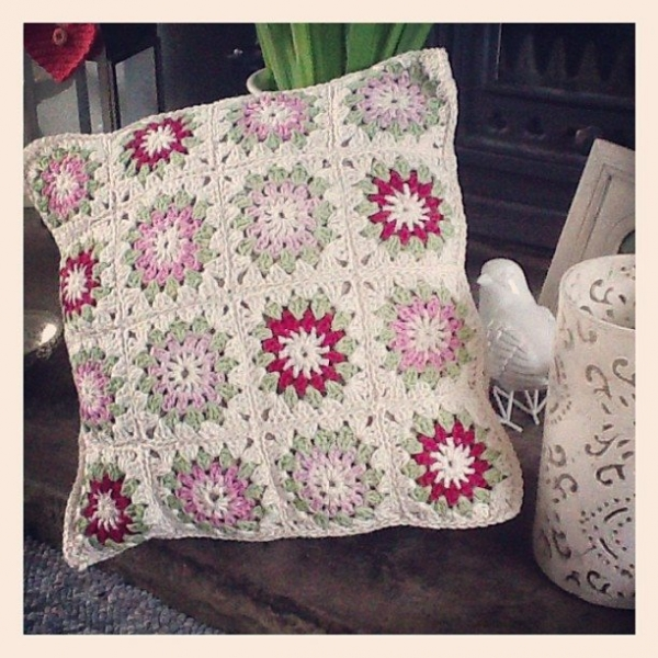 _lara_x crochet cushion