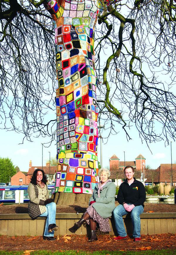 rsz_crochet_yarnbomb_tree