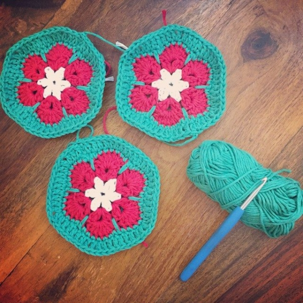 holly_pips crochet christmas flowers
