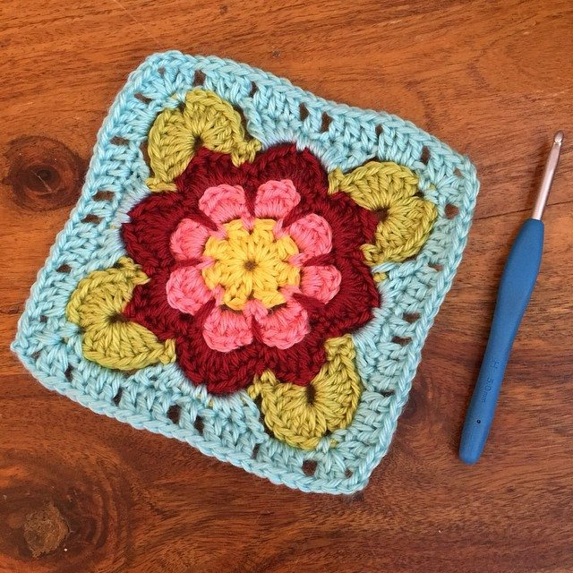 holly_pips crochet square pattern by sandracherryhrt