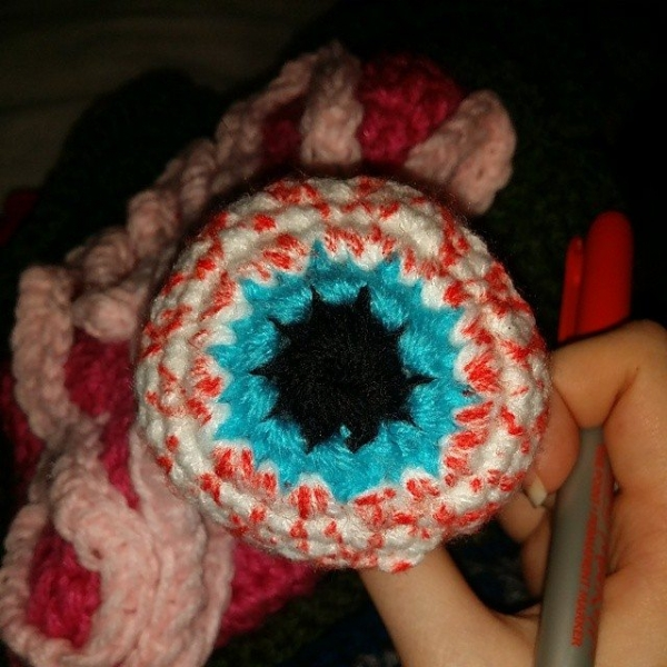 thecosmiccrafter_ r2dt crochet hat eyeball
