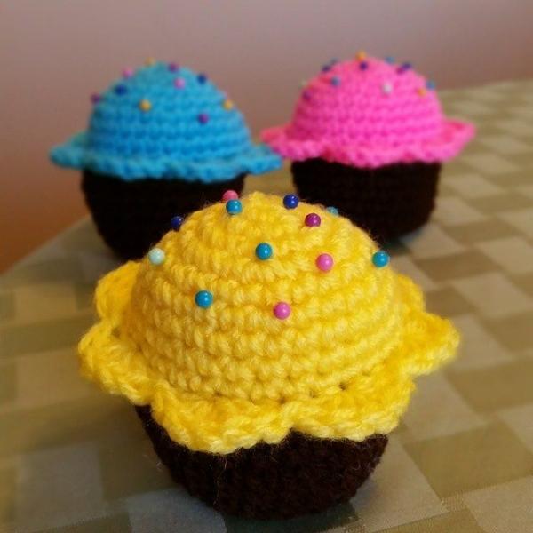 thegirllovesyarn crochet cupcake pincushions