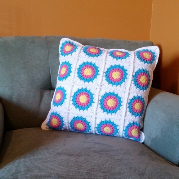 thegirllovesyarn crochet cushion