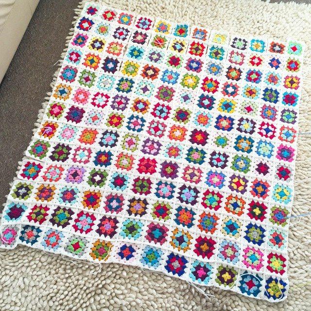 mumtothreelittlemonkeys crochet squares blanket