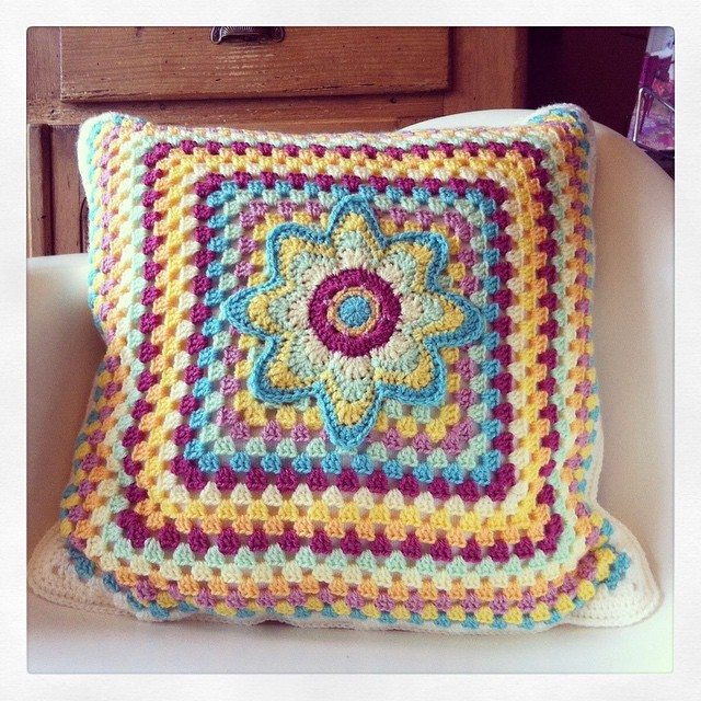 crejatie crochet cushion