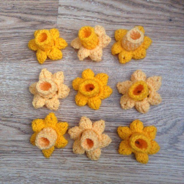 silvery_cloud crochet daffodils