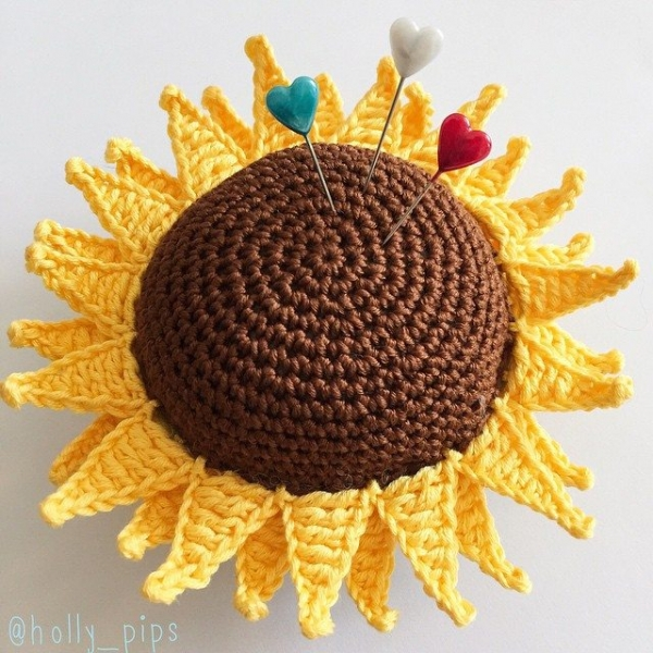 holly_pips crochet sunflower pincushion