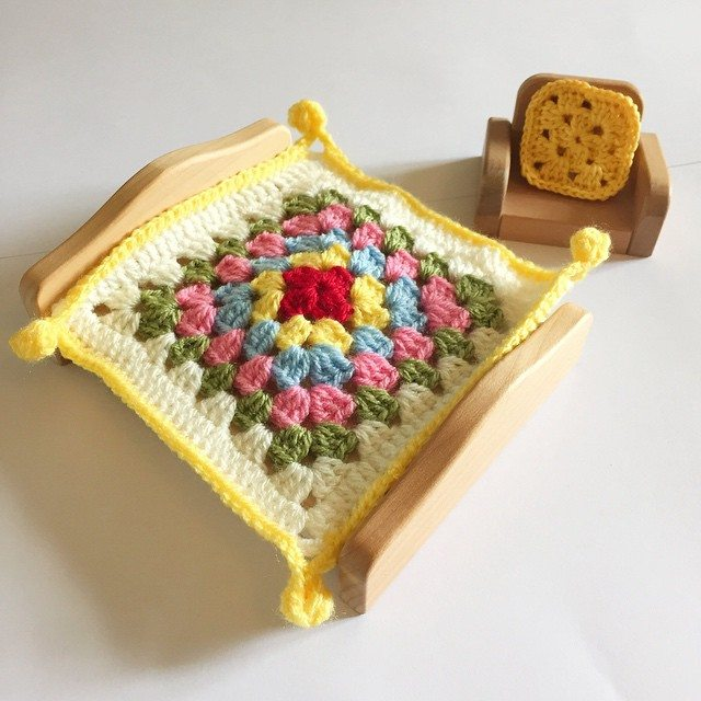holly_pips crochet doll house blanket