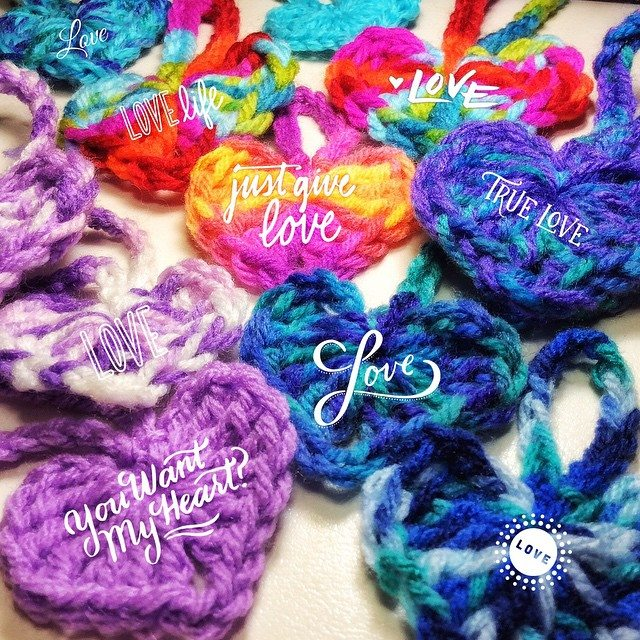 queen_babs crochet love yarnbomb with pattern