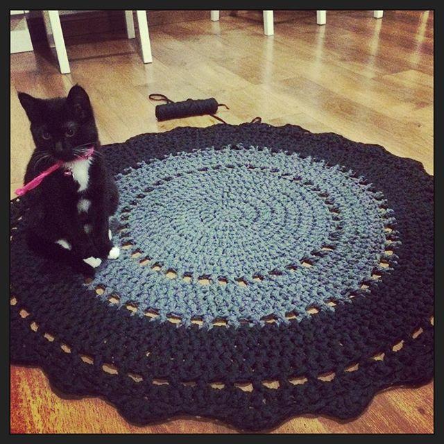 littlebirdiecrochet kitty on crochet rug