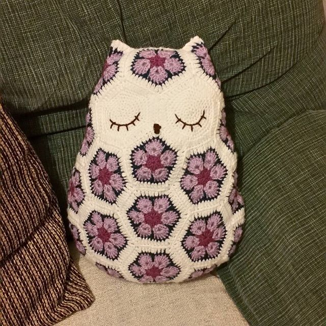 louizamakes crochet owl cushion