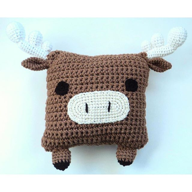 oliveiartcreations crochet moose pillow