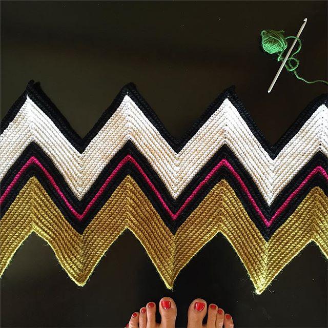 ponytales_ crochet chevron blanket