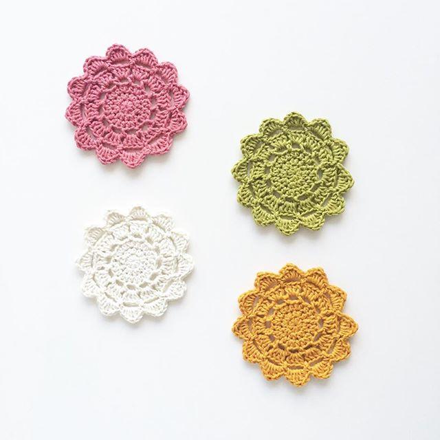 knitpurlhook crochet flower coasters