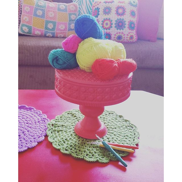 cole_hers crochet cake stand doily for yarn